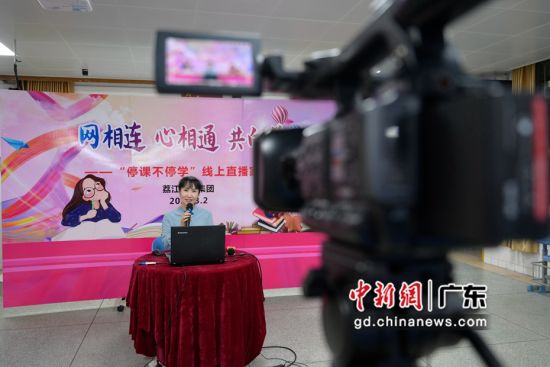 增城区荔江小学负责人在线上直播家长会。( 姬东摄影)