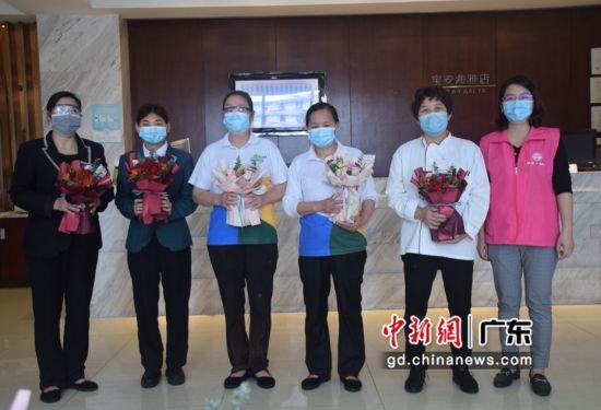 新安街道妇联为隔离酒店的女工作人员送去鲜花。摄影:陈丽纯