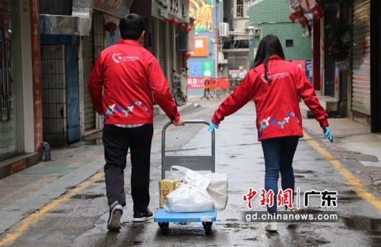 """""""甲岸580""""便民服务队为居民送物资。摄影:缪运英"""