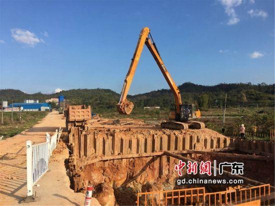 图为广汕铁路良井大白村处在挖坑修筑桥墩 惠阳区委宣传部供图
