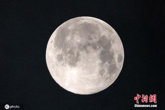 """3月10日凌晨,广州市,天空中出现""""超级月亮""""的天文景观。"""