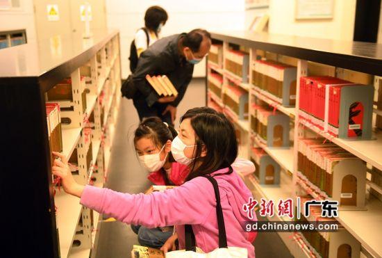 读者在广州图书馆内挑选书籍阅读。(姬东摄影)