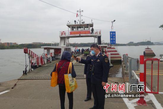 """海事执法人员对渡船做""""安全体检""""。作者:广州海事局供图"""
