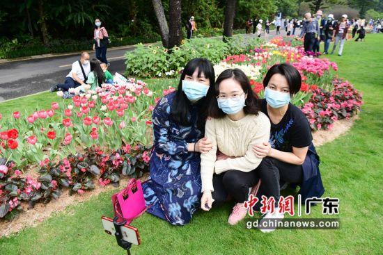 图为医护人员在深圳市仙湖植物园内赏花。摄影:陈文