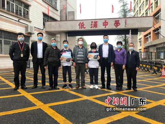 为了保障学生线上教育,中国联通东莞分公司为12名贫困学子提供一批平板电脑和无线wifi。图为学生接受捐赠物资 中新社发 东莞联通 供图