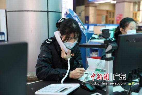 韶关市乳源瑶族自治县办税服务厅的税务人员通过电话接受企业咨询。岳瑞轩供图。