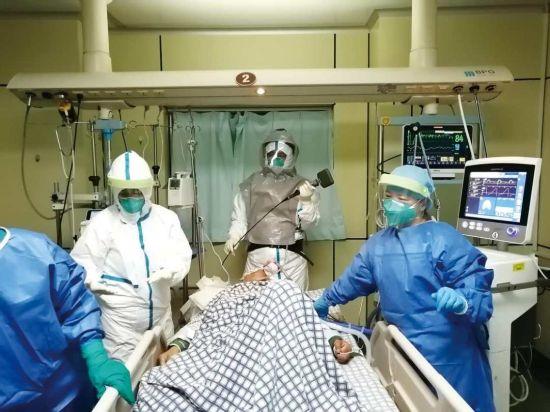 医务人员为患者施行插管