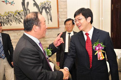 广东省侨办主任吴锐成与中新社广东分社社长张见悦交谈