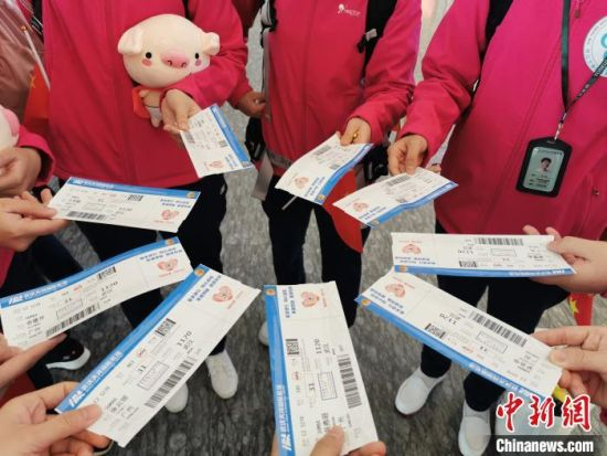 广东医疗队队员展示返粤机票 周晋安供图