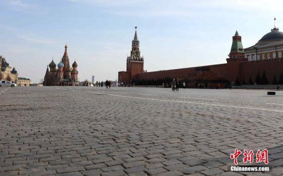 """当地时间3月28日,莫斯科进入""""准封城""""状态。红场上只有少量散客和行人。面对日益严峻的新冠肺炎疫情,莫斯科市政当局不断升级防控措施。截至当日,全俄累计感染新冠病毒人数达到了1264人,其中817例出现在莫斯科。目前,莫斯科绝大多数公共场所已被陆续关闭。中新社记者 王修君 摄"""