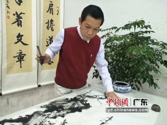 陈志雄在创作中。受访者供图