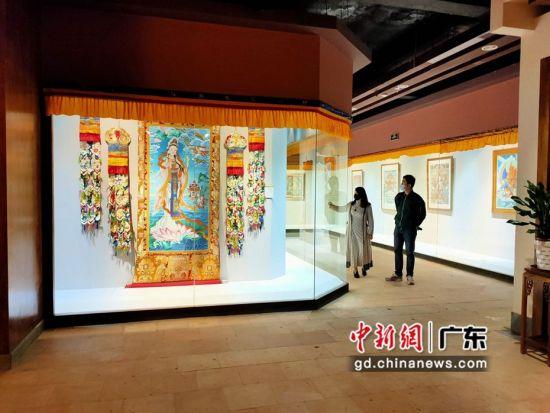 80余幅国家级非遗大师希热布唐卡作品东莞展出。图为展出的唐卡作品色泽鲜艳(徐倩 摄)