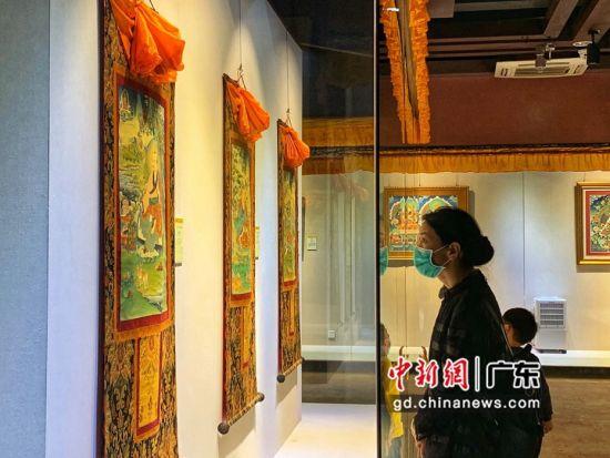 80余幅国家级非遗大师希热布唐卡作品东莞展出。图为充满神秘色彩的唐卡作品吸引人驻足观看(徐倩 摄)