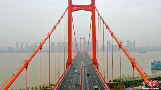 """4月2日,在武汉长江大桥、武汉长江二桥、杨泗港长江大桥、鹦鹉洲长江大桥等大桥上,行驶的车辆明显增多。随着疫情防控形势好转,武汉这座""""封闭""""长达两个月的城市正慢慢恢复。图为鹦鹉洲长江大桥上车辆明显增多。 周星亮 摄"""