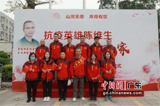 图为陈维生与惠州市第三人民医院其他援鄂队员合影 惠州市第三人民医院供图