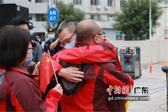 图为陈维生与援鄂队员真情相拥 惠州市第三人民医院供图
