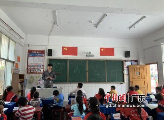 蓝梓权在为学生们讲课。摄影:深圳大学 供图