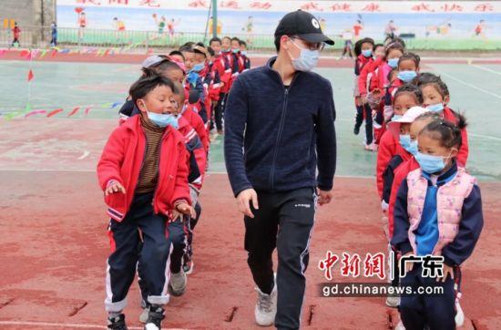 罗喜云为孩子们上体育课。摄影:深圳大学 供图