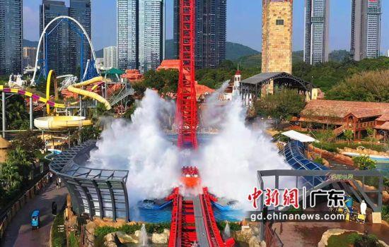 图为亚洲首座W型水花过山车――金涛骇浪。(通讯员 古珊 摄)
