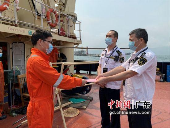 图为宣传疫情防控知识 惠州海事局供图