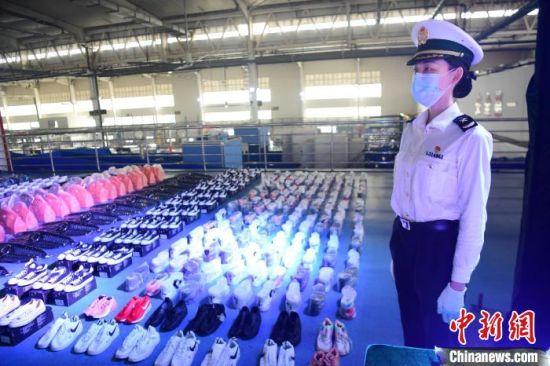 图为深圳海关在跨境电商和寄递渠道查获的侵权假冒商品 陈文 摄