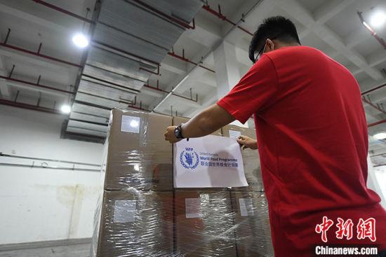 4月29日至30日,包括数万个护目镜在内的联合国世界粮食计划署抗疫医疗物资陆续运抵位于广州南沙菜鸟仓库,这些医疗物资将从这里运往联合国其他应急枢纽,或直接运达受新型冠状病毒疫情影响的国家和地区。图为4月29日,工作人员在为运抵物资贴标签。 中新社记者 姬东 摄