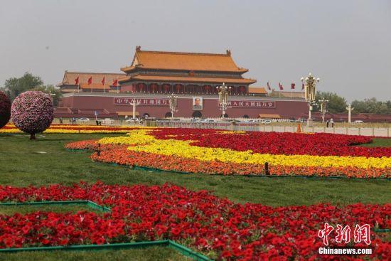 """4月30日,北京天安门广场上布置的花坛。为迎接""""五一""""劳动节的到来,北京天安门广场两侧布置了花坛。 中新社记者 蒋启明 摄"""