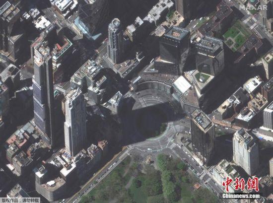 当地时间4月28日,由Maxar Technologies提供的卫星图像显示,在新冠肺炎疫情期间,美国纽约城市的街区空空荡荡。图为曼哈顿哥伦布圆环附近的街道。