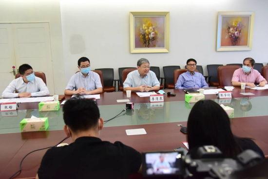 深圳大学校长李清泉正接受记者提问