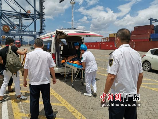 图为患病船长被顺利转移至救护车内接受进一步治疗 惠州海事局供图