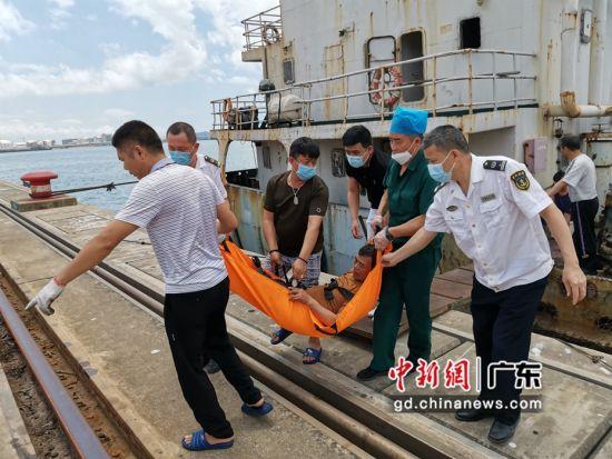 图为迅速将患病船长转移上岸 惠州海事局供图