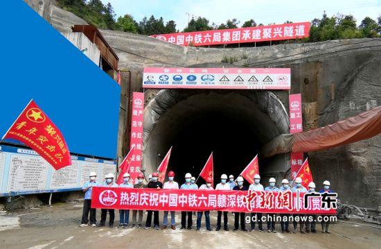 图为图为中铁六局聚兴隧道青年突击队奋战在赣深铁路建设中。(通讯员 张湘涛 摄)
