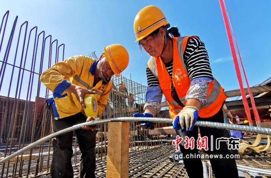 图为中铁六局建设者在施工作业中。(通讯员 张湘涛 摄)