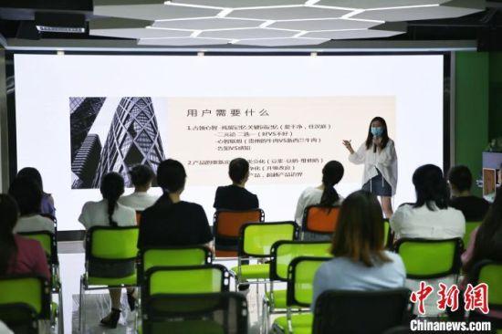 商家参加直播培训。广州市白云区政府 供图
