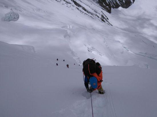 5月10日14时,2020珠峰测量登山队6名修路队员重新固定了铺设在北坳冰壁上的路绳,抵达海拔7028米的C1营地。7名运输队员随后完成C1营地的运输任务。图为运输队员攀爬北坳冰壁。巴桑塔曲 摄 文/史卫静 卢明文 图文来源: 中国登山协会