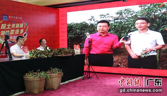 ▲5月10日下午,赵春江院士在广东省农业农村厅的会场连线雷州会场的雷州市长黄廉东。(摄影:张晨露)