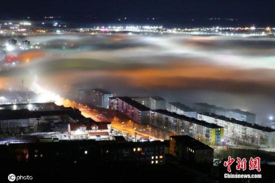 当地时间5月15日,俄罗斯堪察加彼得巴甫洛夫斯克,当地夜晚迷雾蒙蒙,宛如仙境一般。图片来源:ICphoto