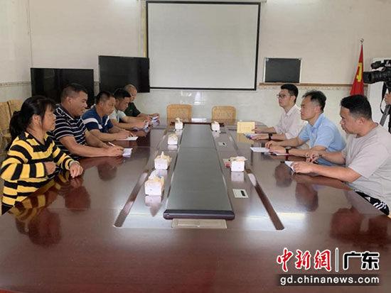 广东省税务局扶贫工作队与村两委讨论研究扶贫工作。赖振维 摄
