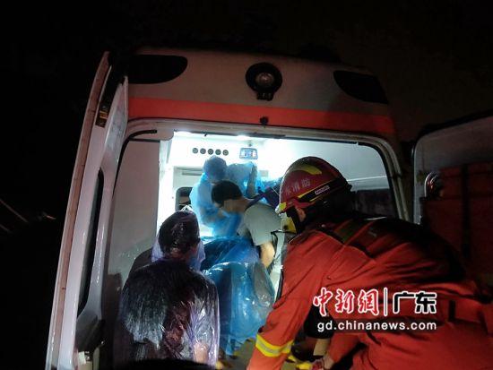 5月22日凌晨,增城消防大队福和消防救援站救援人员找到被困在水中的救护车,将被困车上的孕妇、家属、3名医护人员平安转移到中新医院。增城消防 供图