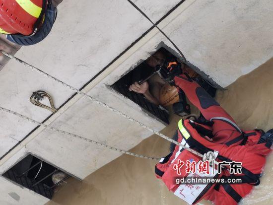 5月22日,增城消防救援大队荔城消防救援站指导员周维亮艰难破拆通风口,成功将被困深水6小时的老人救出。增城消防 供图