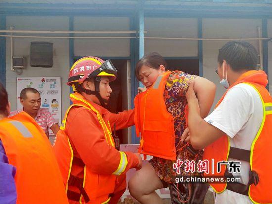5月21日至22日,增城消防救援大队共接收当地警情240起,疏散被困群众160人。增城消防 供图