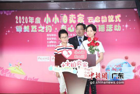 两名2019届小拍家学员王楚翘、王楚君与执业拍卖师共同执槌拍卖。钟欣 摄