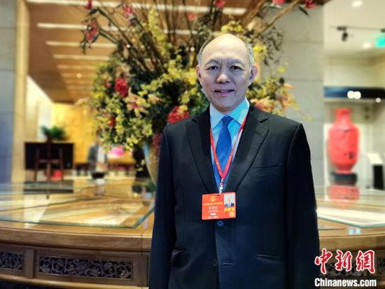 图为在北京饭店驻地的港区全国人大代表、霍英东集团行政总裁霍震寰 唐贵江摄