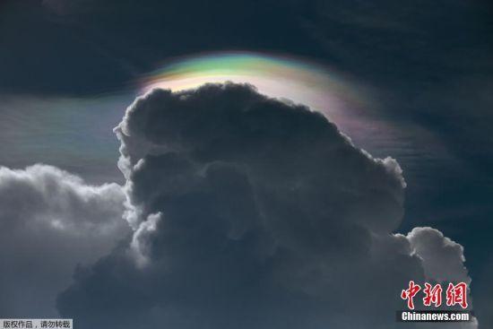 当地时间5月28日,泰国曼谷,雷雨前夕,天空出现彩云景观。彩云(Cloud iridescence)是一种光学现象,是云层中小水滴或冰晶对太阳光或月光的散射。图片来源:视觉中国