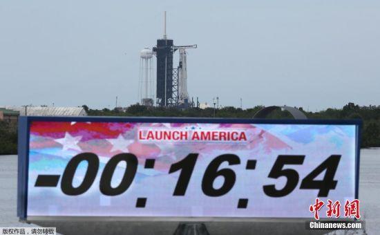 当地时间5月27日,美国宇航局(NASA)商业载人航空计划(CPP)的首次载人试航因天气原因被推迟。发射计划临时调整前,宇航员已进入船舱。图为发射调整前的计时器显示。