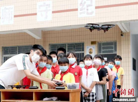 流动少年宫在湛江市坡头村讲授无人机、机器人编程等课程。 共青团广东省委 供图