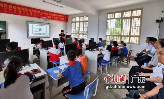 福南小学曾海玲副校长在培秀小学为孩子讲授作文课。(皇岗边检站供图)