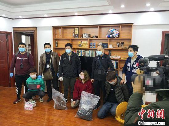 资料图为广东警方涉疫情类系列诈骗案抓捕现场。 中新社发 广东警方 供图