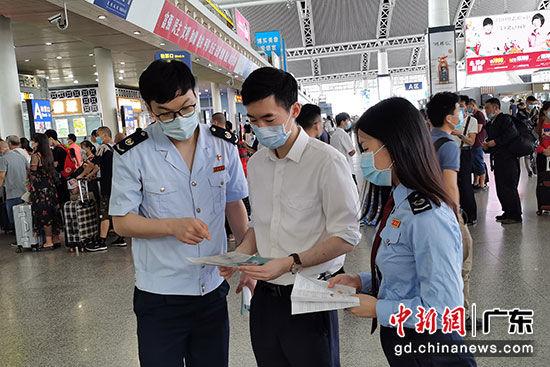 广州税务部门工作人员向广州南站相关负责人介绍支持疫情防控税费优惠政策。 作者:岳瑞轩