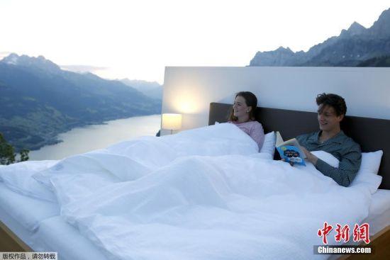 """6月3日消息,瑞士瓦伦施塔特,概念艺术家Frank和Patrik Riklin打造了一所""""露天""""酒店。与其说是酒店,不如说只是在风景宜人的阿尔卑斯山上摆了一张床和两个床头柜,既没有窗户也没有墙壁。"""